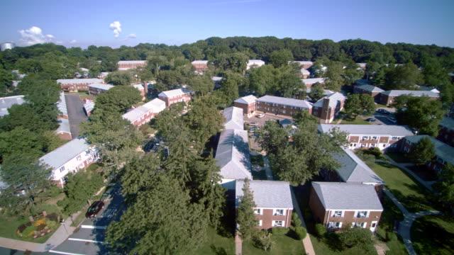 stockvideo's en b-roll-footage met luchtfoto beelden van de woonwijk queens village, new york city, verenigde staten. - sunny