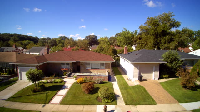 stockvideo's en b-roll-footage met luchtfoto beelden van de woonwijk queens village, new york city, verenigde staten. - new jersey