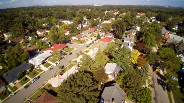 vídeos de stock e filmes b-roll de aerial footage of the queens village residential area, new york city, usa. - nova jersey