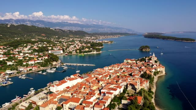 vídeos de stock, filmes e b-roll de aerial footage of the rab old town in croatia - península