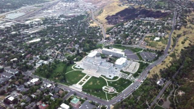 ユタ州議会議事堂とダウンタウン ソルト レイク シティ ユタの空中映像 - 丸屋根点の映像素材/bロール
