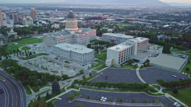 vídeos de stock, filmes e b-roll de imagens aéreas da utah state capitol building e downtown salt lake city utah - capitólio estatal