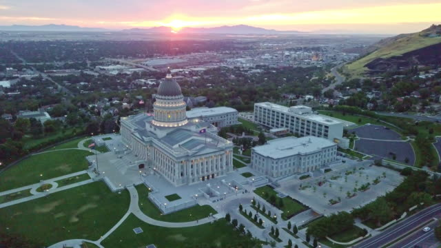 aerial footage of the utah state capitol building and downtown salt lake city utah - governo video stock e b–roll