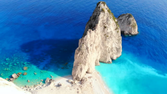 vidéos et rushes de aerial footage of the withe cliff with turquoise water in the coastline of zakynthos. 4k. - vertige