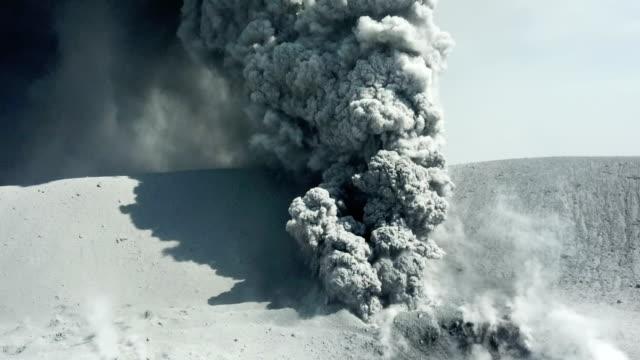 vídeos y material grabado en eventos de stock de aerial footage of volcanic eruption at shinmoedake crater at kirishima volcano in japan - paisaje volcánico