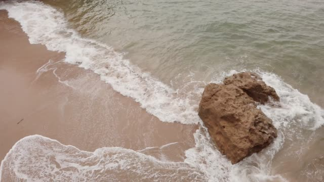 4K luchtfoto beelden van golven crashen op het strand