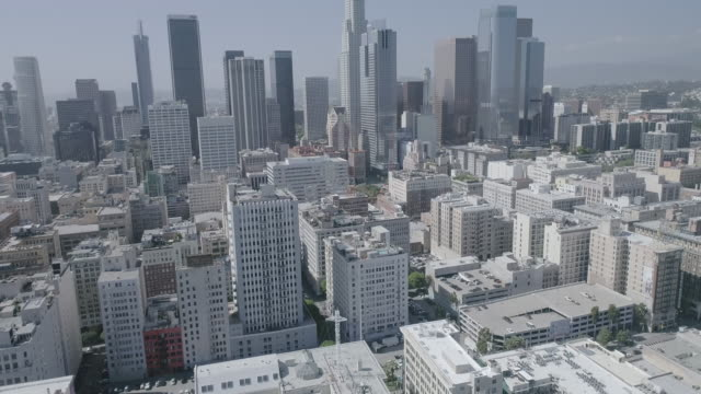vídeos de stock e filmes b-roll de aerial footage over downtown los angeles - inclinação do filme
