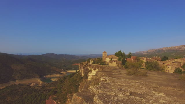 vidéos et rushes de aerial footage recorded with drone flying over the stunning siurana town in top of cliff with nice views in the tarragona mountains during travel vacations. - vertige