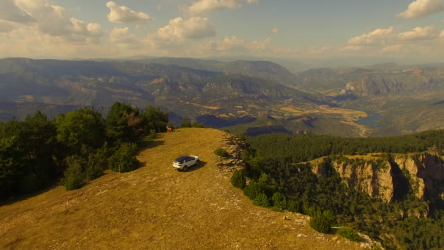 vídeos y material grabado en eventos de stock de aerial footage recorded with drone of a family adventure with suv 4x4 car during a summer road trip driving through the catalan pyrenees with stunning views from top of the mountain. 4k uhd. - soleado
