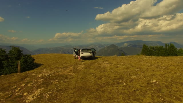 vídeos de stock e filmes b-roll de aerial footage recorded with drone of a family adventure with suv 4x4 car during a summer road trip driving through the catalan pyrenees with stunning views from top of the mountain. 4k uhd. - ensolarado