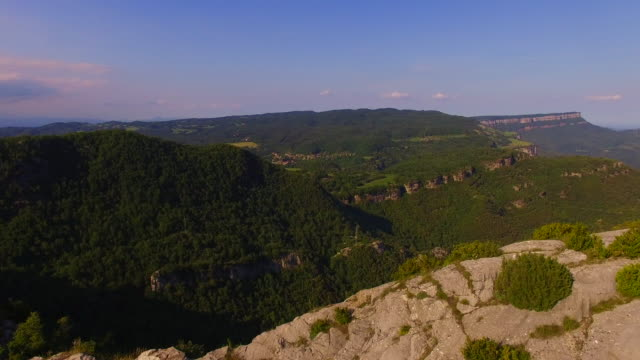 vídeos de stock e filmes b-roll de aerial footage recorded with drone of the natural cliffs mountains with beautiful landscape in the tavertet mountains, a vertical hills with amazing views. uk uhd. - locais geográficos
