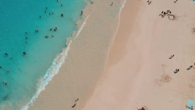vídeos de stock, filmes e b-roll de aerial forward: amazing blue waters of bermuda beach in spanish point, bermuda - ilhas do oceano atlântico