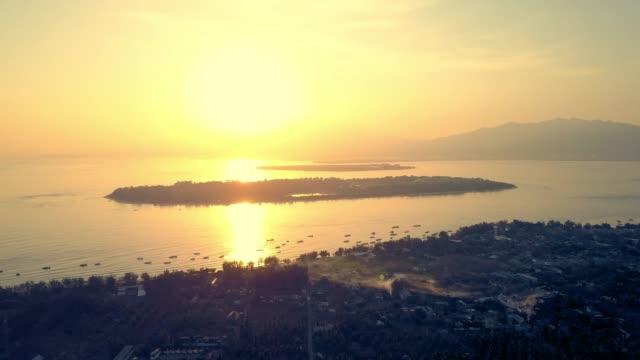 vidéos et rushes de aerial forward: amazing sunset over small islands in the ocean - de petite taille