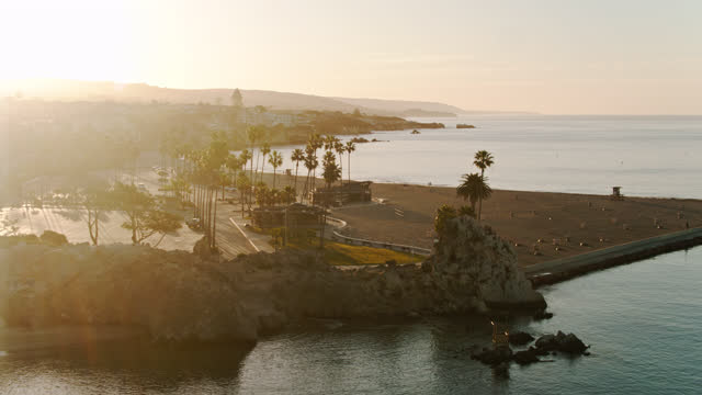 vidéos et rushes de drone avant aérien tiré de corona del mar state beach, californie - mar