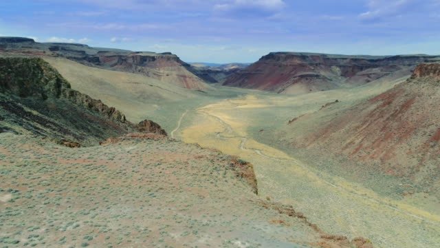 vídeos de stock e filmes b-roll de aerial forward: marvelous view of the canyon - nevada