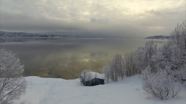 vidéos et rushes de aerial forward slow: breathtaking view of waters of norway reflecting sky - lofoten, norway - neige fraîche