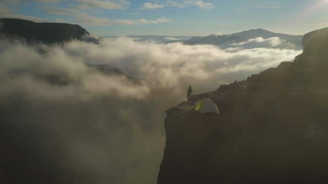 aerial forward: thick clouds among stunning mountains, blue mountains, australia - 山 個影片檔及 b 捲影像