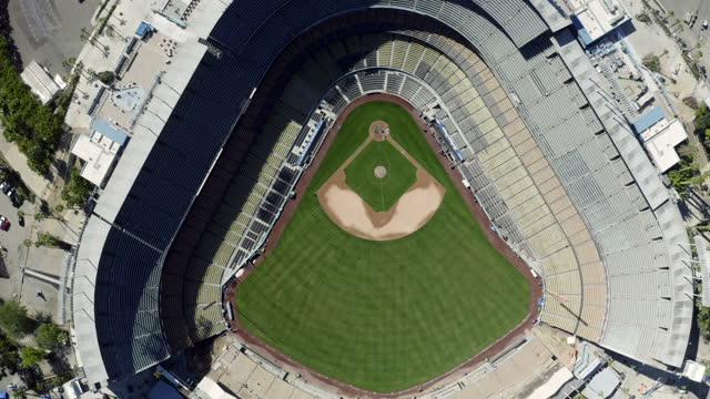 vídeos de stock, filmes e b-roll de aerial forward tilt down: top view of the baseball stadium - los angeles, california - cityscape