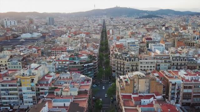 vídeos y material grabado en eventos de stock de aerial forward tilt upward: travelling the street - toma panorámica