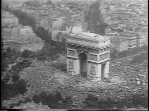 aerial from plane of crowds lined around the arc de triomphe / aerial from moving plane of arc de triomphe down champselysees showing parade / aerial... - 凱旋門点の映像素材/bロール