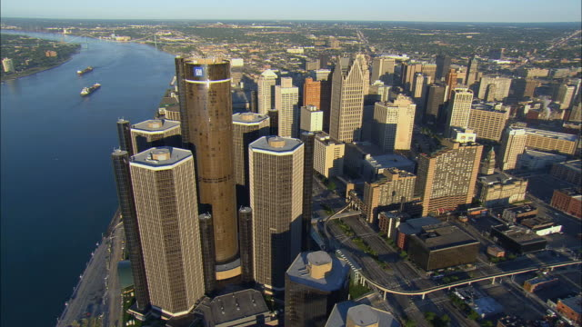 vídeos de stock e filmes b-roll de aerial ws general motors headquarters at renaissance center with surrounding downtown buildings along detroit river / detroit, michigan, usa - general motors