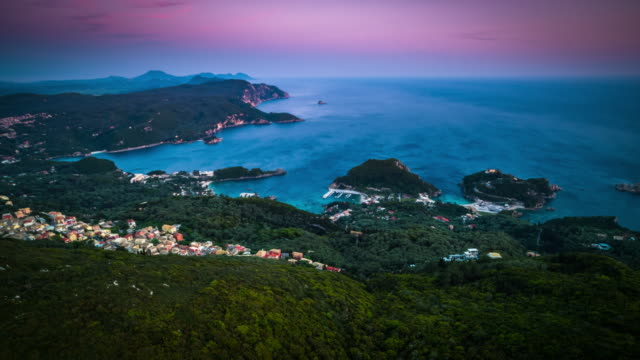 vídeos de stock, filmes e b-roll de antena: litoral grego em paleokastritsa em corfu - grécia
