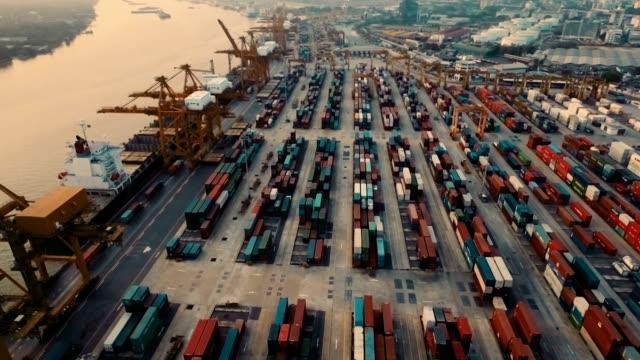 空から見た湾にレッグサイドコンテナーズ日没に - 容器点の映像素材/bロール