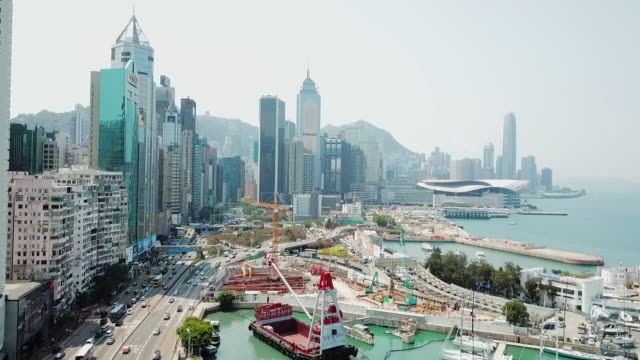 aerial: hong kong cityscape with victoria harbor to the right - central plaza hong kong点の映像素材/bロール