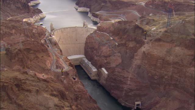vídeos de stock, filmes e b-roll de aerial hoover dam/ nevada and arizona - represa hoover