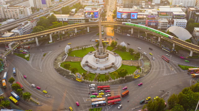 aerial hyper lapse am victory monument landmark of bangkok, thailand - bangkok stock-videos und b-roll-filmmaterial