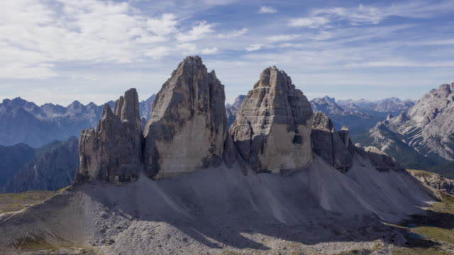 aerial hyper lapse of tre cime di lavaredo (drei zinnen) in the dolomites - austria video stock e b–roll