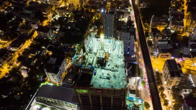 vidéos et rushes de aerial hyper lapse ou time lapse crane working in construction site (en) - hyper lapse