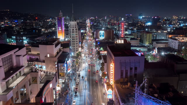 vidéos et rushes de aerial hyperlapse of hollywood boulevard at night - the dolby theatre
