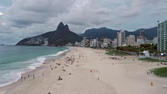 tl aerial hyperlapse of ipanema beach / rio de janeiro, brazil - レブロン点の映像素材/bロール