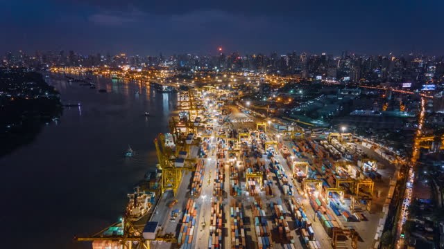 lufthyperlapse zeitraffer von oben drohne aufnahme von cityscape bangkok thailand und logistik arbeiten frachtschiff - effektivität stock-videos und b-roll-filmmaterial