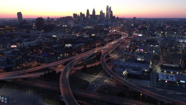aerial hyper-lapse time-lapse of philadelphia traffic - filadelfia video stock e b–roll