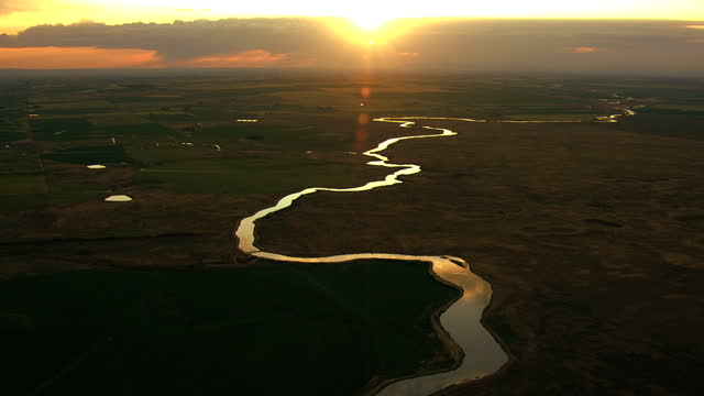 aerial idaho usa snake river sunset plain shoshone park - スネーク川点の映像素材/bロール