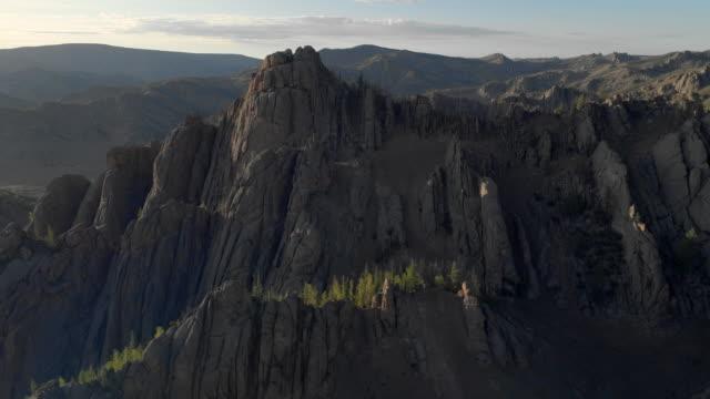 vídeos de stock e filmes b-roll de aerial: idyllic rocky mountain range during sunny day - ulaanbaatar, mongolia - ulan bator