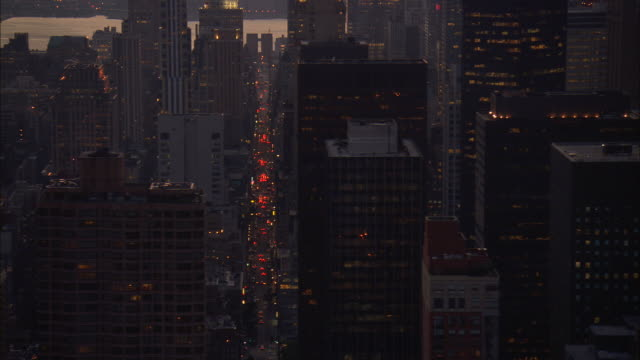 stockvideo's en b-roll-footage met aerial ws tu illuminated buildings in midtown including chrysler building, metlife building, helmsley building, w hotel, bear stearns world headquarters, and worldwide plaza / manhattan, new york, new york, usa - metlife building