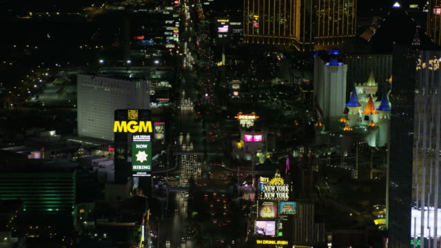 aerial illuminated night view mandalay bay las vegas - replica della torre eiffel video stock e b–roll