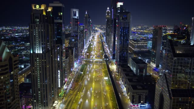 vidéos et rushes de aerial illuminated night view sheikh zayed road dubai - dubai