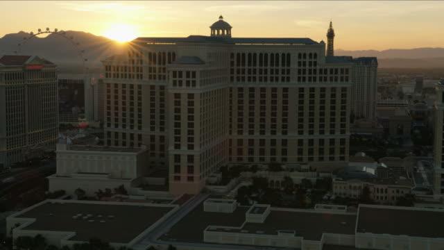 vídeos y material grabado en eventos de stock de aerial illuminated sunset view bellagio hotel las vegas - réplica de la torre eiffel paris las vegas