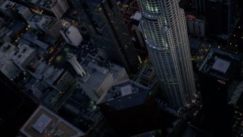 aerial illuminated us bank tower downtown los angeles - us bank tower bildbanksvideor och videomaterial från bakom kulisserna