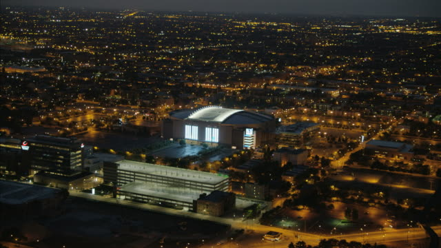 vidéos et rushes de aerial illuminated view united center sports arena chicago - chicago