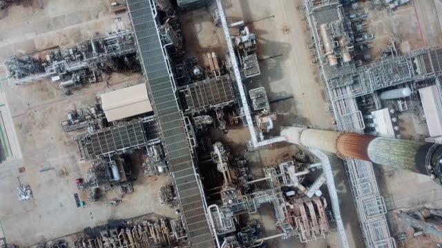 vidéos et rushes de aerial arrière-plan industriel du pétrole - chemistry