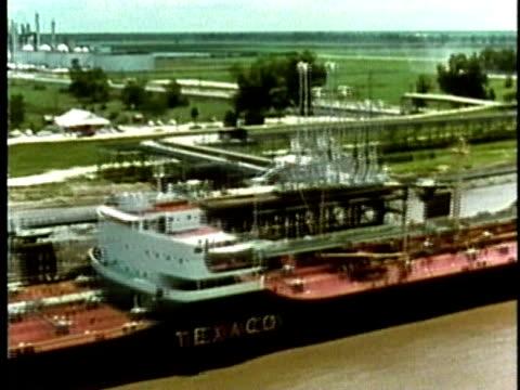 vidéos et rushes de 1969 montage aerial ws industrial plants and refineries lining riverbank/ usa/ audio - répandre