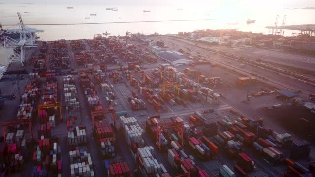 vídeos y material grabado en eventos de stock de aéreo: puerto industrial y buque de contenedores - grulla de papel