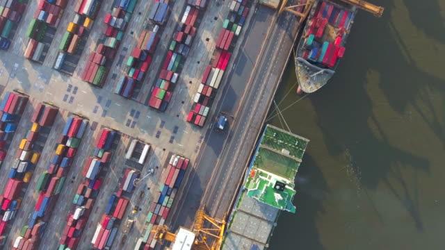Luchtfoto: Industriële haven met containers schip
