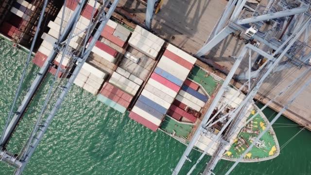 Luchtfoto industriële haven met containers