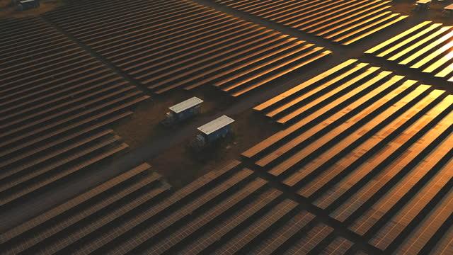 vidéos et rushes de ferme industrielle aérienne d'énergie solaire produisant l'énergie solaire concentrée - quadrillage